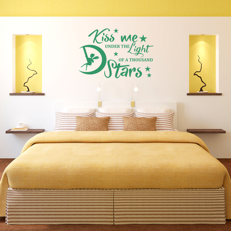 Sticker citation chambre kiss me under the light for Stickers muraux citations chambre