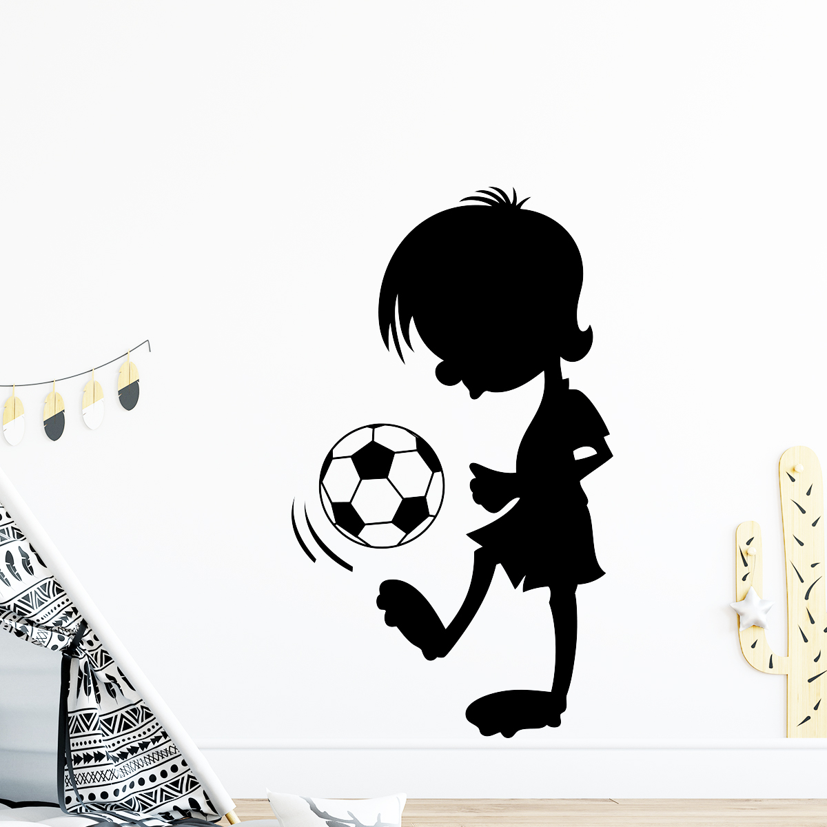 sticker petit gar on avec un ballon stickers sports et football football ambiance sticker. Black Bedroom Furniture Sets. Home Design Ideas