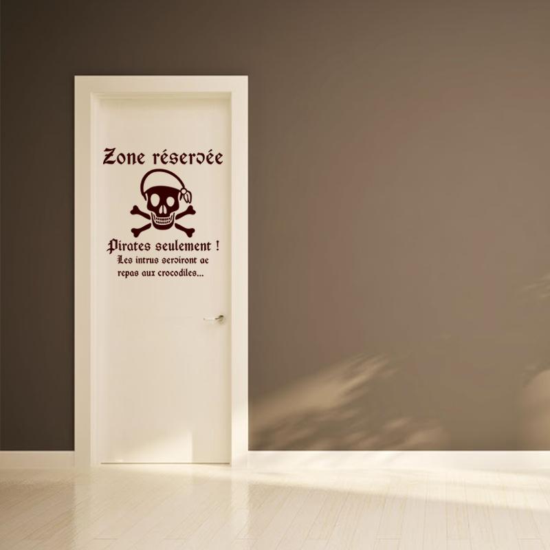 Sticker porte citation zone r serv e pirates seulement for Porte wc salon